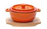 FRS-344 Кастрюля чугунная на деревянной подставке оранжевая 500 мл, 17*13,5*6 см